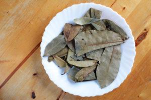 Stachelannone Blätter auf Teller