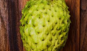 Graviola Frucht auf braunem Bret